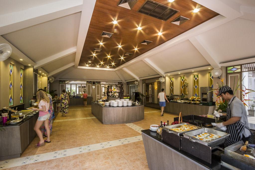 Завтрак в отеле Amora Beach Resort