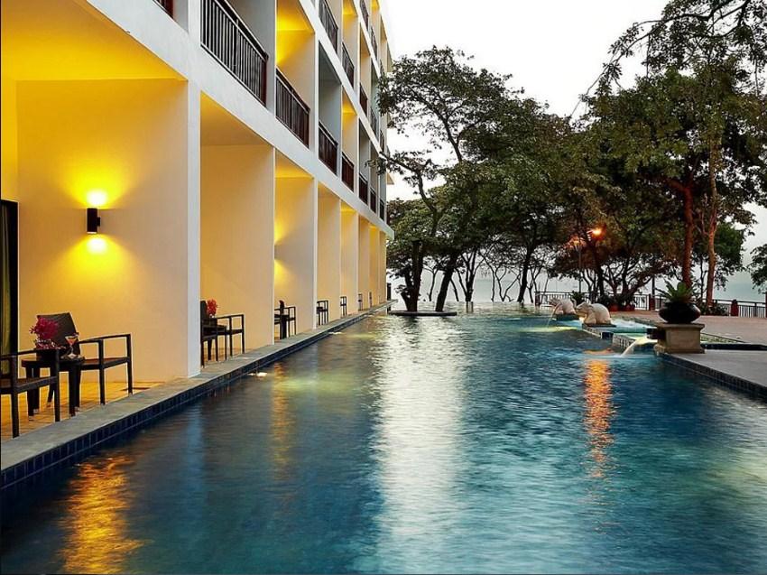 Территория отеля Кози Бич в Паттайе