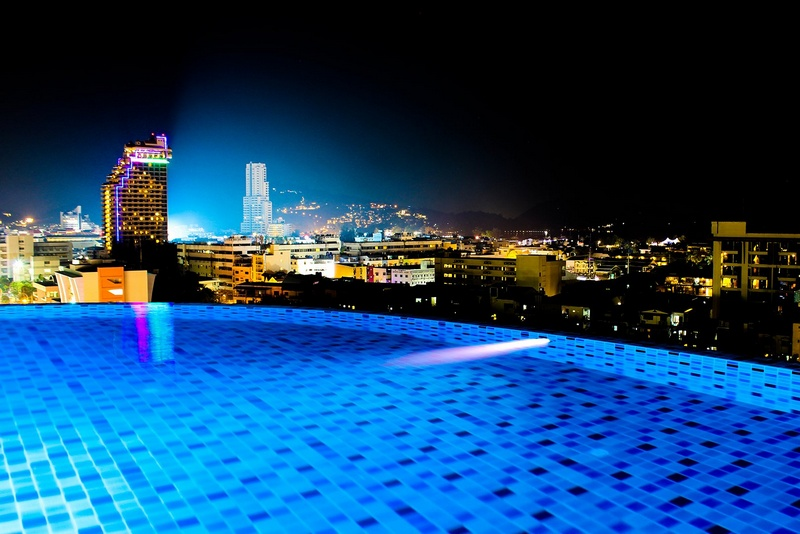 Вид с бассейна отеля Марина Пхукет на ночной город
