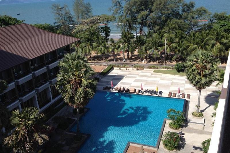 Вид на пляж отеля Велком Ворлд Резорт в Паттайе