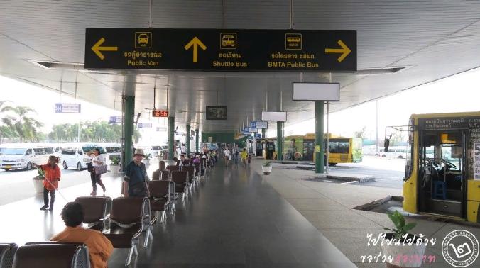 Указатели остановок общественного транспорта в аэропорту Бангкока